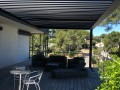 Pergola bioclimatique sur terrasse teck